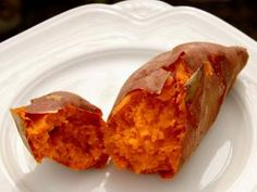 5 Maneras de cocer un camote entero: Un camote anaranjado entero, cocido y partido