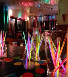 Saturday Night ✌ Wie ihr seht sind alle Luftballons heil angekommen und mein Bruder ist mit der Deko sehr happy #letsparty #party #saturdaynight #letsgetloud #disco #knicklichter #xxlkonfetti #konfetti #leuchtstäbe #neon #colorful #colors