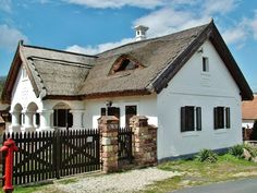 magyar parasztház, vidéki ház Hut House, Country Home Exteriors, Old Country Houses, Luxury House Plans, Thatched Roof, Next At Home, Cottage Homes, Countries Of The World, Traditional House