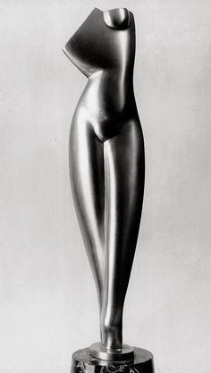 Alexander Porfyrovych Archipenko est un sculpteur américain d'origine ukrainienne, né à Kiev le 30 mai 1887 et mort à New York le 25 février 1964. Fils d'ingénieur, Alexander Archipenko a lui aussi étudié les mathématiques. L'artiste est d'ailleurs passionné...