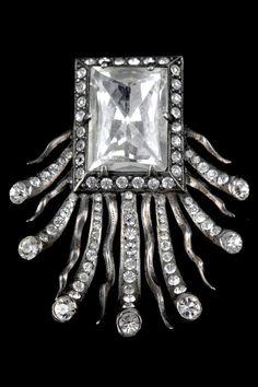 Eisenberg & Sons - An Art Deco silver, rhinestone and Swarovski crystal brooch, Chicago, USA, circa 1935. 6.4 x 5 cm. Marked: EISENBERG ORIGINAL, STERLING.
