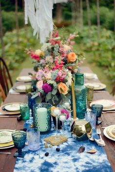 Collect vintage colored glassware to set an amazing bohemian table! Photobooth Ideas, Boho Kitchen, Wedding Table Settings, Wedding Tables, Dinner Table Settings, Setting Table, Elegant Table Settings, Reception Table, Place Settings