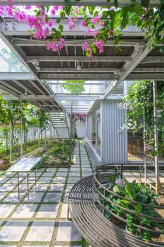 The steel frame is left exposed internally and simple panels cover the interior walls, allowing the teaching areas to be as flexible as possible. Garden Architecture, School Architecture, Urban Nature, Green Landscape, Closer To Nature, Learning Spaces, Garden Trees, Built Environment, Landscaping Plants