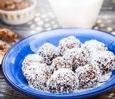 Vad är väl godare och enklare att göra till kalaset än egna chokladbollar! Enkla att variera i både färg och form.