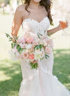 pink hued wedding bouquet | Photography: Oliver Fly