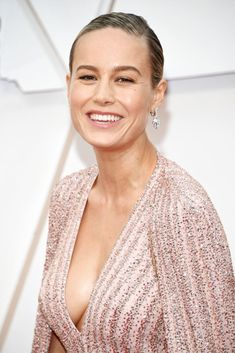 The 27 best hair and makeup looks from the 2020 Oscars red carpet Celebrity Hairstyles, Cool Hairstyles, Pink Pencil Skirt, Hollywood Waves, Brie Larson, Gal Gadot, Beautiful Celebrities, Red Carpet, Makeup Looks