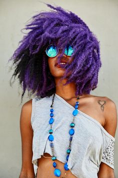 Dye your hair simple & easy to bright purple hair color - temporarily use vivid purple hair dye to achieve brilliant results! DIY your hair imperial purple with hair chalk Purple Natural Hair, Pelo Natural, Purple Hair, Ombré Hair, Big Hair, Pelo Rock, Color Fantasia, Curly Hair Styles, Natural Hair Styles