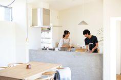 都市部から郊外ののどかな地域に移り住んだHさん夫妻。若いお二人が建てた家は、どの部屋からも庭が眺められる、ゆっ… Terraced House, Houses, Kitchen, Table, Furniture, Home Decor, Homes, Cooking, Decoration Home