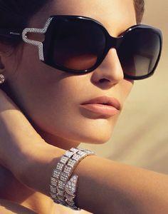 0519936e7623f Óculos Escuros, imprescindível para o sucesso de um look. Her look is  beautiful Óculos