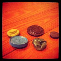Vintage Button Fridge Magnet DIY Tutorial Love it! Find magnets, glass tiles, adhesives here: www.eCrafty.com