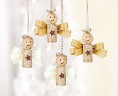 Bastelanleitung: Korkenengel Bastelanleitung: Korkenengel,DIY – Weihnachten … Related posts:The Most Adorable Sloth Craft You've Ever SeenHow to add fabric to a shirt to make it biggerEasy DIY Cheap Christmas Decor-- super easy pine cone. Christmas Crafts For Kids, Christmas Projects, Kids Christmas, Holiday Crafts, Christmas Gifts, Christmas Decorations, Christmas Ornaments, Tree Decorations, Snowflake Ornaments