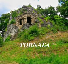 Zaniknutý hrádok na 11m vysokom brale, ktoré sa nachádza len pár metrov od amfiteátra v Tornali.  Vznik je v literatúre uvádzaný na prelome X. a XI. storočia, najprv ako drevená strážna veža na vrchole brala, neskôr pribudla kamenná prístavba na západnej strane skalnej steny, po ktorej sú viditeľné zvyšky obvodových múrov. Opevnenie a stavebné úpravy sú spájané s rodinou Tornallyovcov. K zániku hrádku v Tornali došlo pravdepodobne v XIV až XV. storočí.