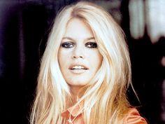ZO ziet jaren jaren '50 en '60 icoon Brigitte Bardot er nú uit.. Herken jij haar nog?