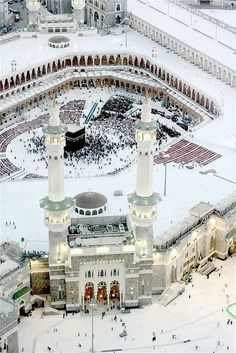 This is an aerial view of the Kaaba in Mecca, Saudi Arabia. Mecca is the holiest city in Islam. Beautiful Places In The World, Places Around The World, Around The Worlds, Heiliges Land, Masjid Al Haram, Mecca Masjid, Mekkah, Kairo, Beautiful Mosques