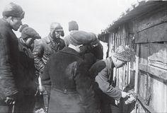 Члены специальной комиссии открывают склад, которым заведовал сын раскулаченного крестьянина, г. Енакиево, Донецкая область, 1933 год.