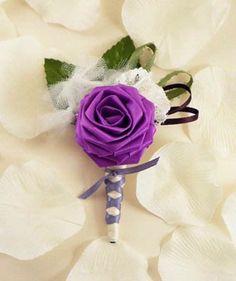 Bij een bruid met een paars boeket hoort een bruidegom met een paarse corsage...