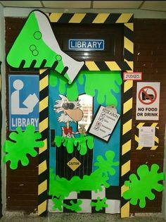 Decoración puerta aula temática química