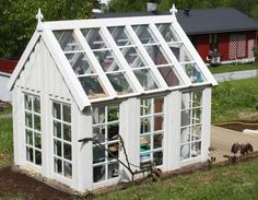 Drivhus laget av gamle vinduer vi i villa hadde reportasje I want Greenhouse Shed, Small Greenhouse, Summer Garden, Winter Garden, Landscape Design, Garden Design, Diy Slides, Deck Colors, Cold Frame