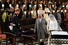 Prinssi Charles luovutti morsiamen pojalleen.