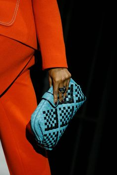 The complete Bottega Veneta Fall 2018 Ready-to-Wear fashion show now on Vogue Runway. Fashion Bags, Fashion Show, Fashion Outfits, Fashion Design, Fashion Vocabulary, Vogue Russia, Cloth Bags, Luxury Bags, Bottega Veneta
