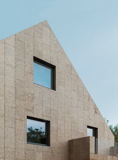 Rundzwei Architekten wraps Berlin house in natural cork - Architecture Modern Residential Architecture, Facade Architecture, Berlin House, Cork Panels, Houses In Germany, Wooden Pavilion, Cladding Materials, Green Facade, Wood Facade