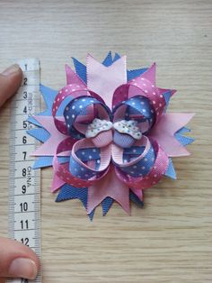 A little misses: tutorial Diy Bow, Diy Hair Bows, Hair Ornaments, Little Miss, 4th Of July Wreath, Girl Hairstyles, Headbands, Hair Accessories, Diy Crafts