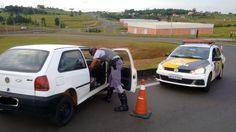 Polícia Rodoviária localiza veículo furtado durante a madrugada em Botucatu -   A Polícia Militar Rodoviária recuperou no início da manhã deste domingo, dia 29, um veículo que havia sido furtado ainda durante a madrugada no Jardim Bandeirantes, em Botucatu. O auto foi localizado na Rodovia Marechal Rondon (SP-300), no km 253, praticamente em uma das alças de acesso - http://acontecebotucatu.com.br/policia/policia-rodoviaria-localiza-veiculo-furtado-durante-ma