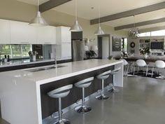 Interesante barra y frente de cocina.