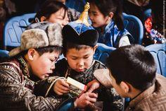 Jungs in einheimischer Tracht entdecken gemeinsam ihre Schätze.