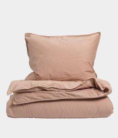 Bäddset om ett påslakan (150×200 cm) och ett örngott (50×60 cm). 100 procent ekologisk bomull. Stentvättad tuskaft som ger en mjuk och lite krispig känsla. 70 cm öppning i fotänden. För att slita så lite som möjligt på textilierna och miljön rekommenderar vi att våra produkter tvättas i 40° eller lägre.