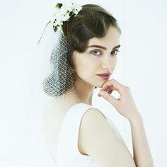 優雅なフィンガーウェーブのヘアに、スズランのコサージュ付きベールをオン。ドライな髪質に仕上げると、クラシカルすぎずモダンな印象に。 ヘッドピース¥50,000/スグリ(スグリサロン) ドレス¥330,000(レ... Headdress, Headpiece, Hair Arrange, Bride Hairstyles, Prom Hair, Wedding Makeup, Bridal Hair, Hair Inspiration, Eyebrows