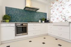 There are many kitchen backsplash ideas to choose from. Kitchen Tiles Price, Cheap Kitchen Cabinets, Kitchen Backsplash, Kitchen Blinds, Interior Shutters, House Blinds, English Kitchens, Elegant Kitchens, Contemporary Kitchens