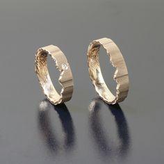Obrączki z różowego złota brylant o średnicy 1,5 mm faktura po piłce