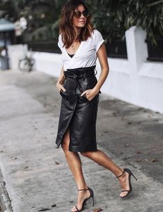 Le tee-shirt loose blanc, ou comment dédramatiser une jupe taille haute en cuir (photo Erica Hoida)