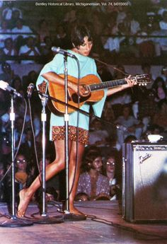 ☞The Anniversary of Woodstock is this Wednesday-Friday, here's a photo of Joanie Baez a few days before the festival, August in the same dress she'd wear at Woodstock. Z Music, Music Pics, Joan Baez Woodstock, American Folk Music, Guitar Girl, Beautiful Voice, Beautiful People, Janis Joplin, Music People