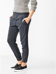 jogger pants :) always wanted one of those, but of course i wouldn't use them for jogging hehe Cool Outfits, Casual Outfits, Fashion Outfits, Fashion Trends, Travel Outfits, Travel Clothes Women, Clothes For Women, Jogger Pants Outfit, Joggers Shoes