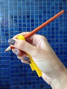 Uma ideia simples pode favorecer a preensão (o ato de pegar no lápis) de adultos e crianças com disfunção motora: usar o prendedor de roupa! Não precisa...
