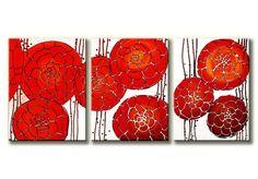 Bijzonder geschilderd 3-luik schilderij met een afbeelding van abstract geschilderde rode bloemen. De rode bloemen komen heel mooi uit op de witte achtergrond.