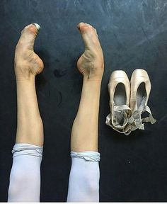 Don't scrunch your toes but it's beautiful 😍 Ballerina Feet, Ballet Feet, Dancers Feet, Ballet Dancers, Shall We Dance, Just Dance, Ballerinas, Dance Leaps, World Ballet Day
