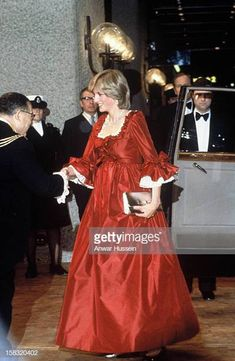 A pregnant Princess Diana, Princess of Wales in a red David Sassoon maternity gown attending a function at the Barbican Centre on March 1982 in London. Get premium, high resolution news photos at Getty Images Princesa Real, Princesa Diana, Lady Diana Spencer, Spencer Family, Princess Diana Fashion, Princess Diana Pictures, Princess Diana Dresses, Red Maternity Dress, Maternity Fashion