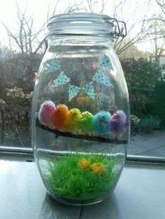 Rainbow of Easter chicks in a jar. Happy Easter, Easter Bunny, Easter Eggs, Easter Crafts, Fun Crafts, Diy And Crafts, Easter Table, Easter Party, Spring Crafts