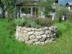 Kräuterspirale aus Natursteinen