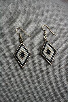 Boucles d'oreilles perles de verre Miyuki noires ivoires et or, crochets dorés : Boucles d'oreille par marathi-bijoux