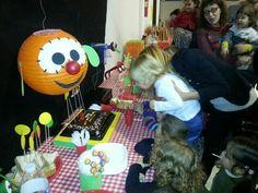 Base para la tarta en los colores de la fiesta.