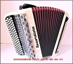 ACCORDEON ACCORDIOLA 3 VOIX PARFAIT ETAT.  Main droite : 3 voix / 4 rangs / 74 Touches. 6 registres dont un rappel (Flûte, Basson, Bando, Céleste, Plein Jeu) Main gauche : 120 basses / 2 registres / 4 voix. Basson, Main Gauche, Chanel Boy Bag, Parfait, Shoulder Bag, Music Instruments, Acoustic Music, Shoulder Bags