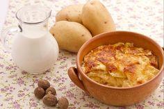 Il gratin dauphinois è un piatto unico di origine francese preparato principalmente con patate e formaggio groviera.