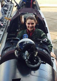 Fighter Girl Gun for women my best friend's son . Female Pilot, Female Soldier, Jet Fighter Pilot, Fighter Jets, Brazilian Air Force, Female Fighter, Military Women, Fighter Aircraft, Armed Forces