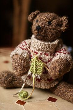 Free knitting pattern for Pattoz, a bear with sweater by Annalisa Dione in English or Italian
