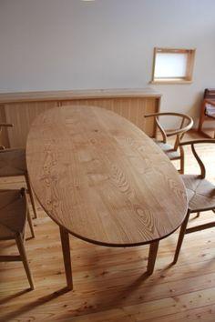 建主さんがご友人の家具屋さんにつくってもらった楕円のダイニングテーブル 角が丸いとちょっと詰めれば、人数が多い時にも便利です。