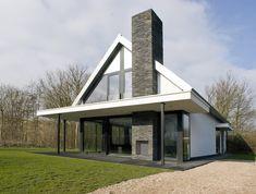 De basisvorm van de woning is met zijn puntdak de herkenbare prototype van een huis met moderne details en materialen.